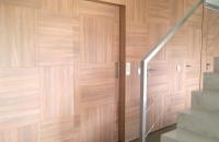 elevador-vertical-con-puerta-panelada