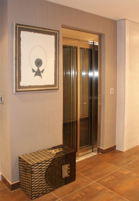 elevador unifamiliar con puertas automaticas de cristal, instalado en Benicasim Castellón.