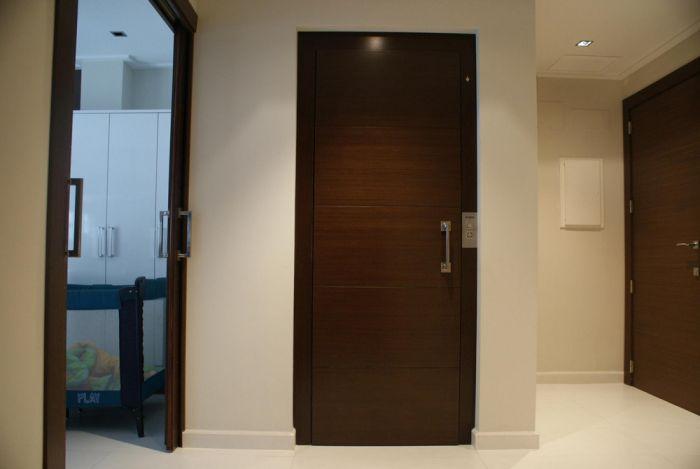 ascensor unifamiliar con puertas paneladas en madera.