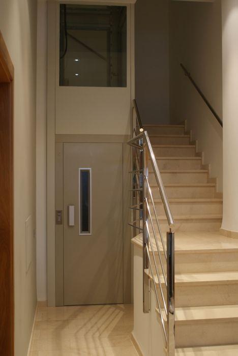 Ascensor especial para rehabilitación de edificios sin ascensor, con huecos reducidos.
