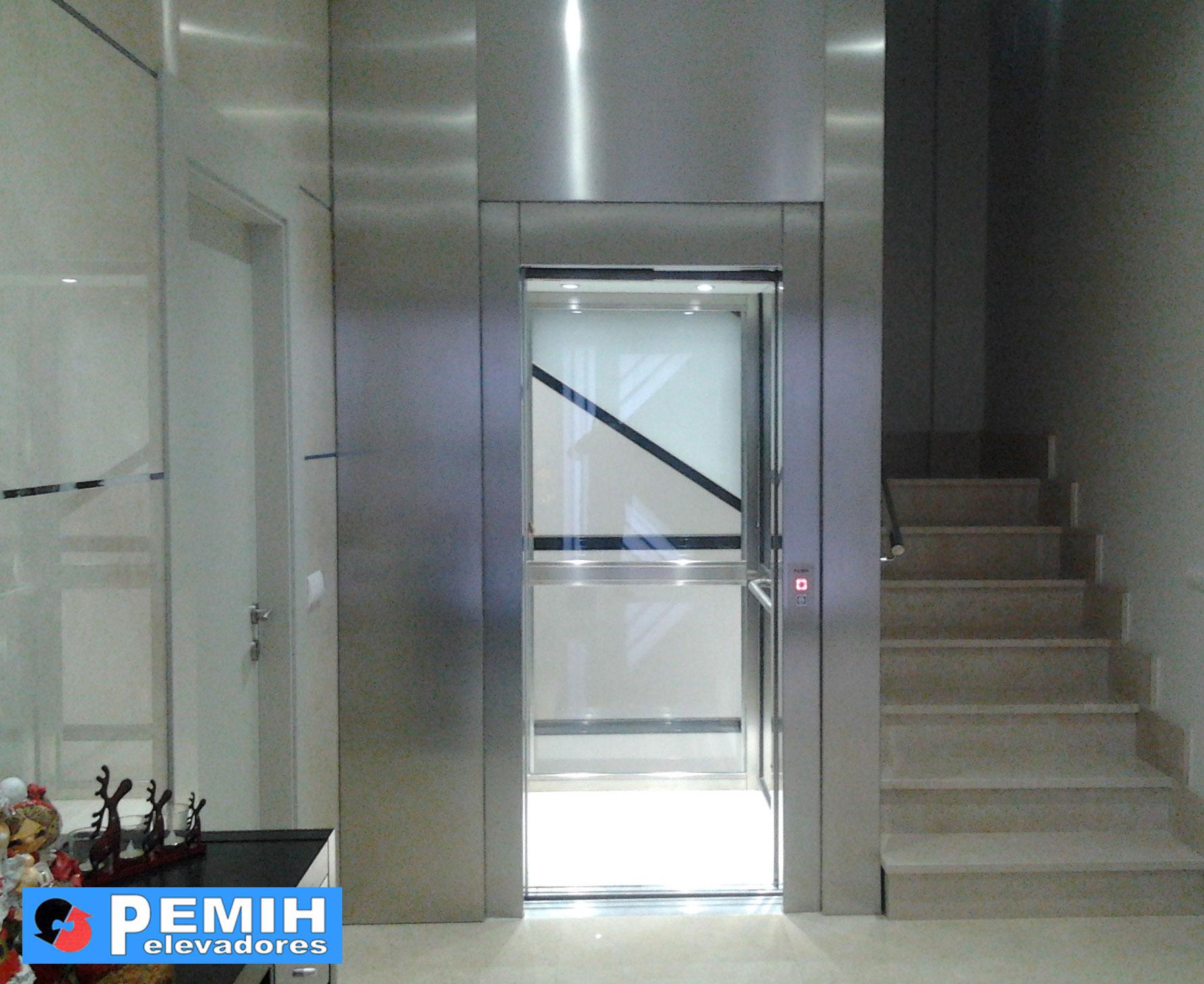 ascensor unifamiliar con frontis en acero inox. y puertas automaticas en acero inox.