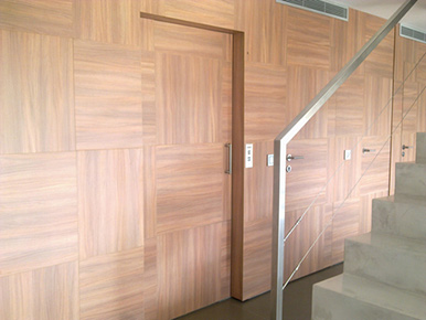 ascensor unifamiliar con puerta panelada,